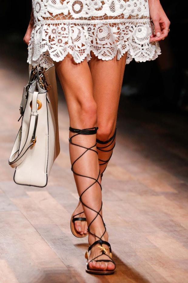 valentino-spring-2015-ready-to-wear-sandalias-gladiadoras-negras_summer-2015