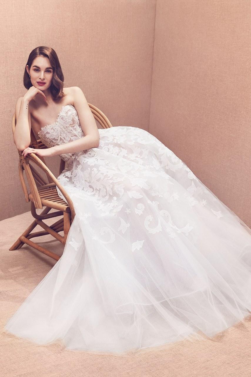 84ef4bb01 ... los vestidos de Oscar de la Renta son tan impresionantes como exige la  ocasión. Nosotros estamos enamorados de todos y cada uno de los detalles de  esta ...