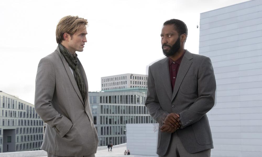 Robert Pattinson y John David Washington durante una escena en Tenet (2020)